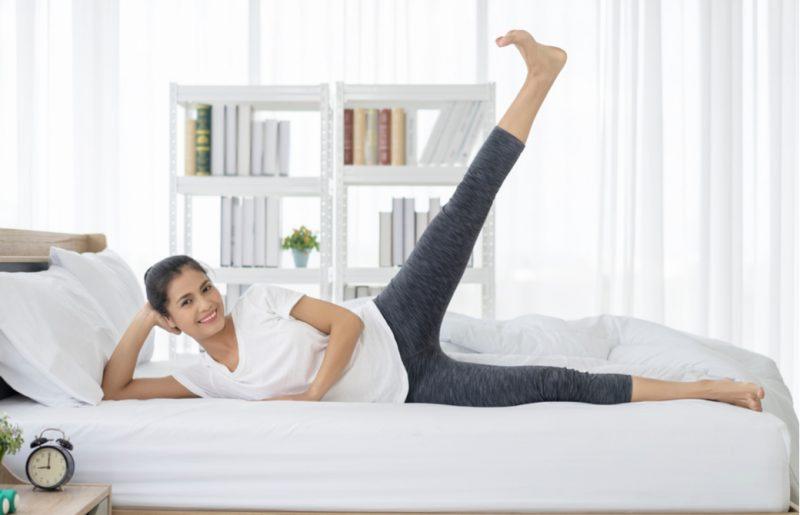 ベッドの上でくつろいでいる女性