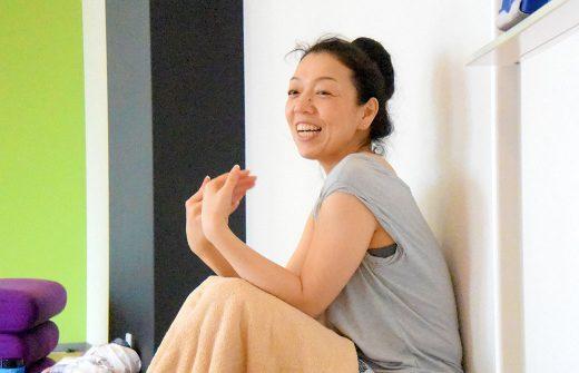 リストラティブヨガ集中講座で川原朋子先生が笑顔でお話されている