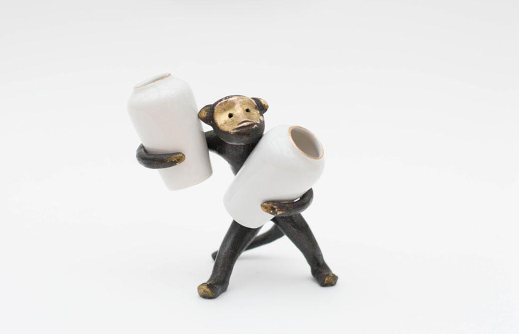 サルが壺を抱えている