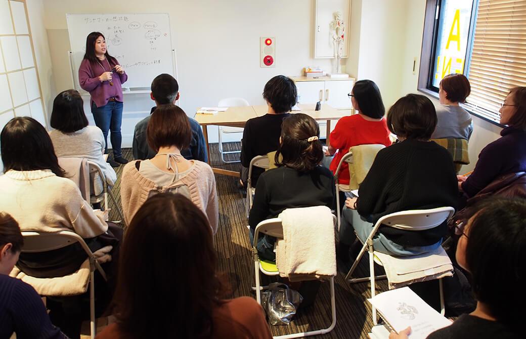 永井由香先生ヨガ哲学講座を熱心に聞く生徒さんたち