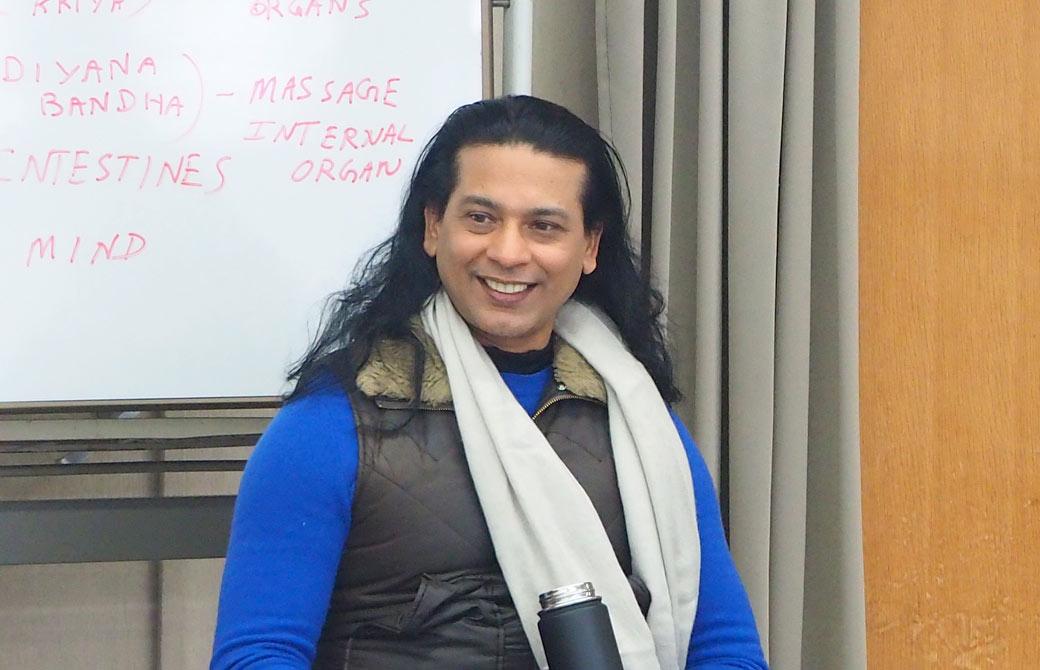 ヨガセラピーコースで講義をするクリシュナ・グルジ先生