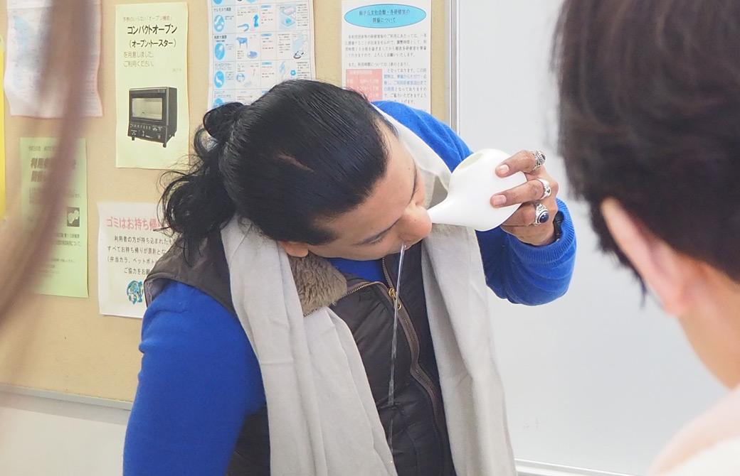 クリシュナ・グルジ先生がネティポットで鼻洗浄をしている