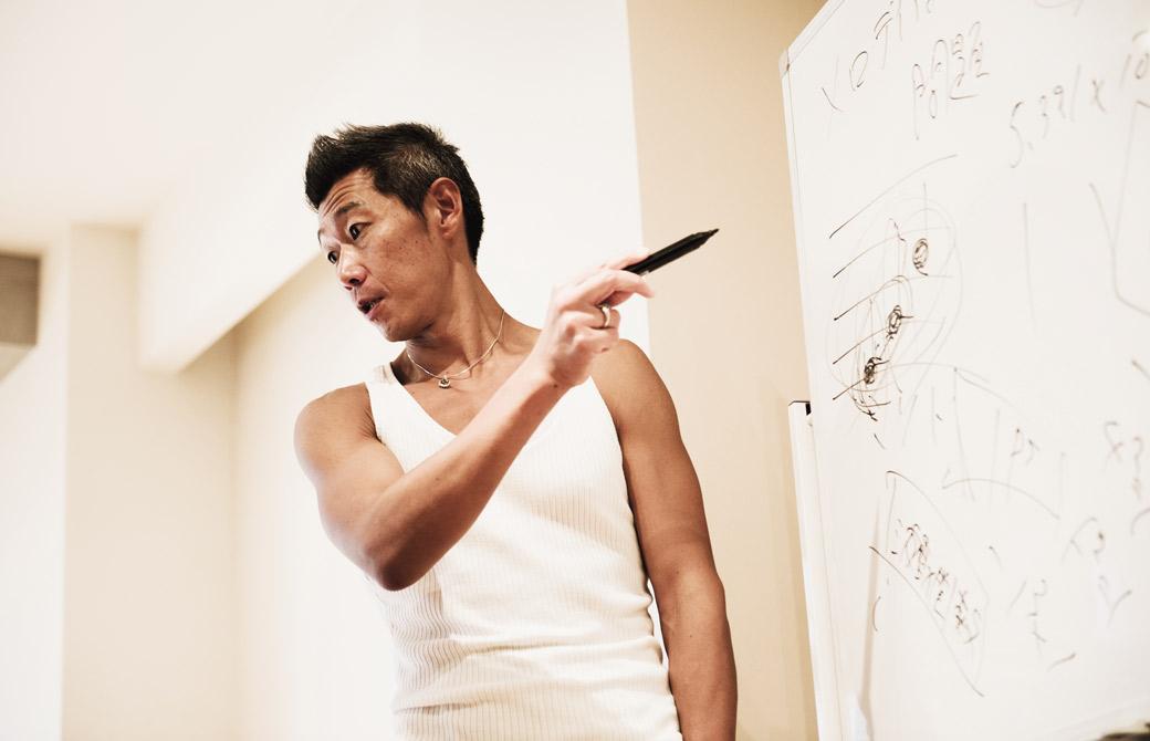 中島正明先生がヨガの講義をしている