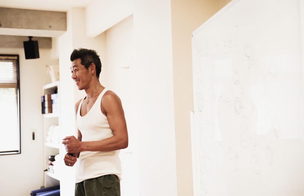 中島正明先生がホワイトボードの前で講義をしている