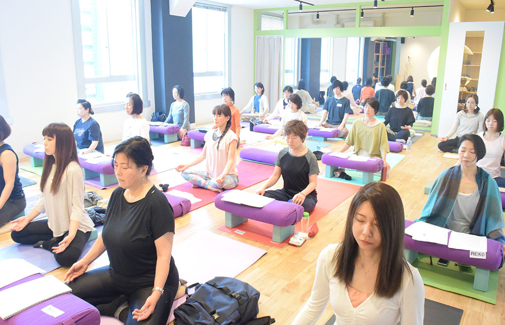 グルジ先生の瞑想基礎講座で瞑想をしている様子