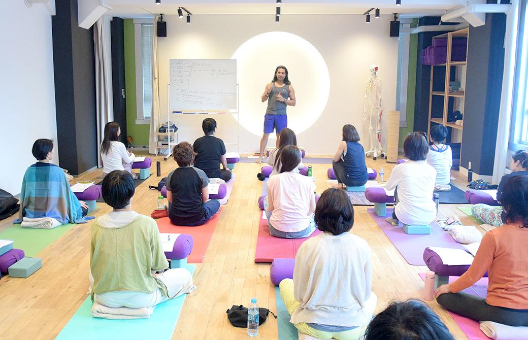 クリシュナ・グルジ先生の瞑想基礎講座の様子
