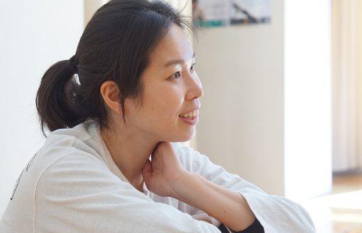 佐久間涼子先生が笑顔で話している