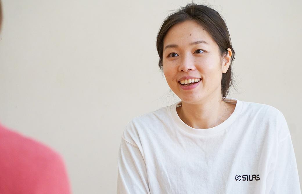 佐久間涼子先生が話している。