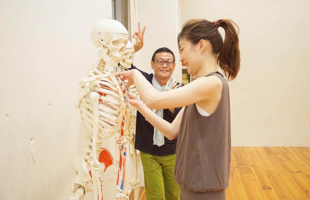 模型を片付ける私とポーズをとる内田先生
