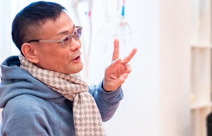 内田かつのり先生が講座の中で笑顔でお話している様子