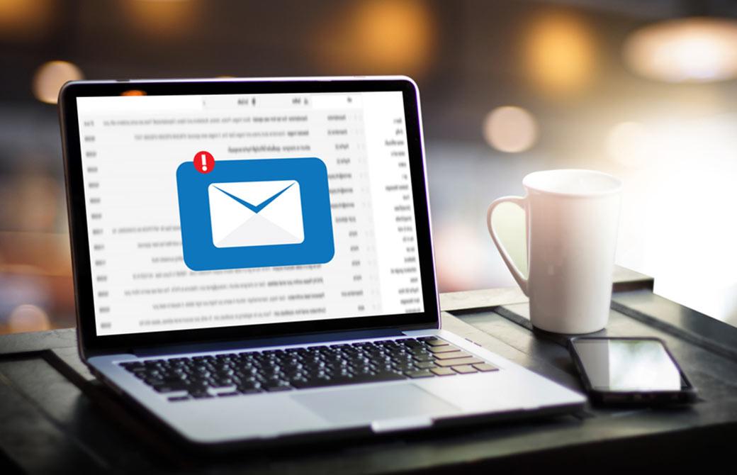 パソコンにメールのアイコンが映っている