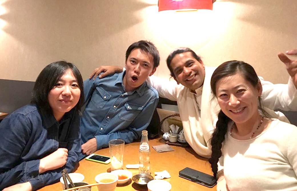 左から亀井先輩、MIKIZO、クリシュナ・グルジ・鈴木麻衣先生