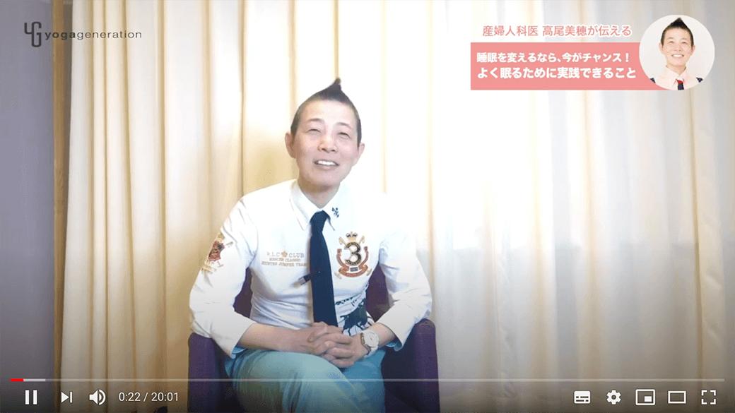 病院のカーテンの前でお話をされる高尾美穂先生