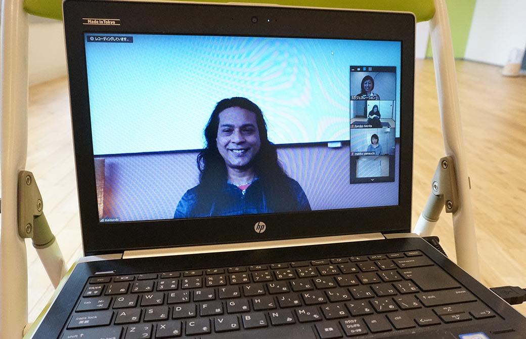 グルジ先生がパソコンの画面で微笑んでいる