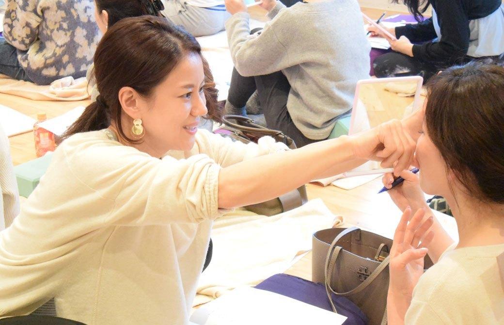 石川ななこ先生が顔ヨガ講座中に生徒さんにアドバイスをしている