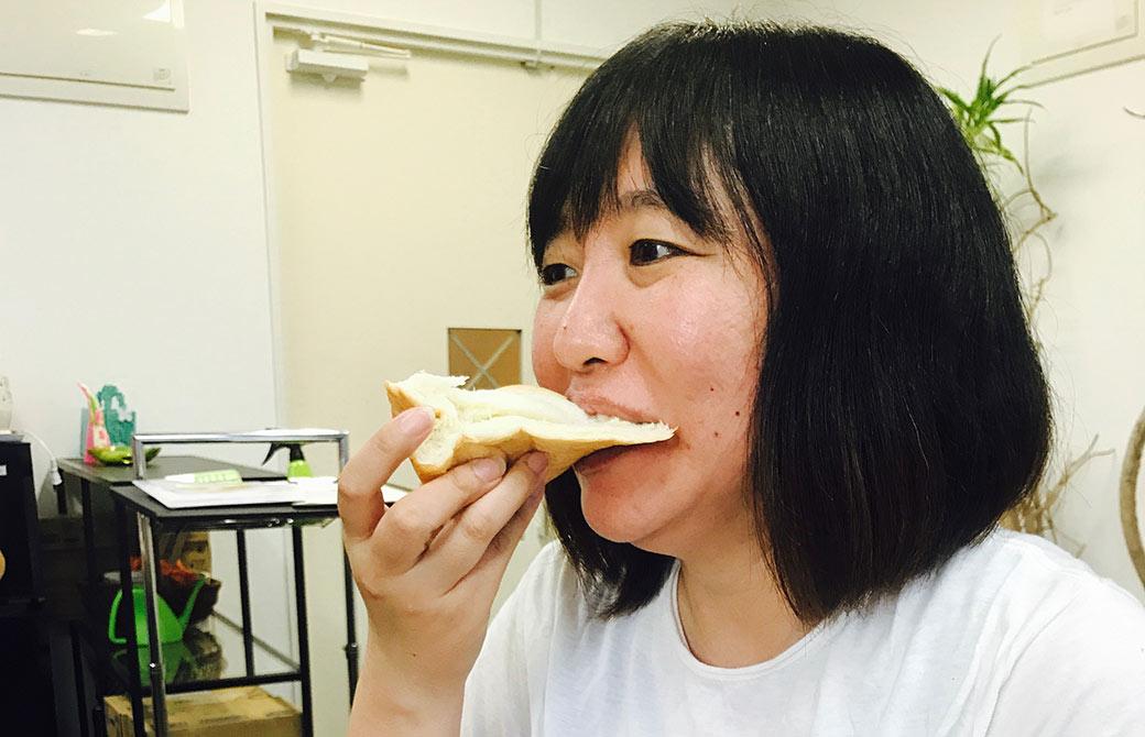 食パンを食べる亀井さん