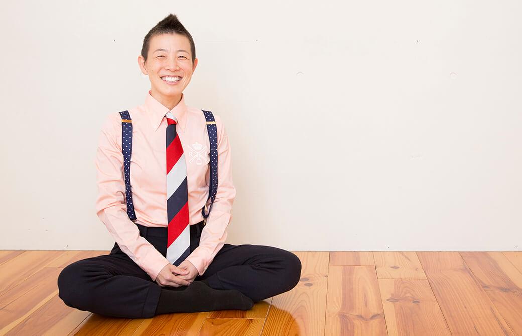 安楽座で座る高尾美穂先生