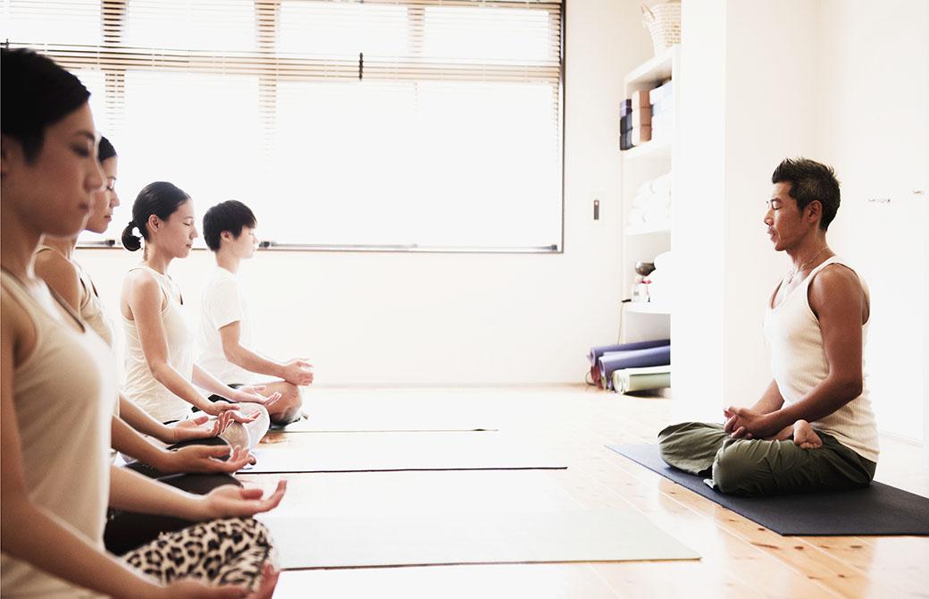 中島正明先生と生徒がオハナスマイル祐天寺店で瞑想をしている