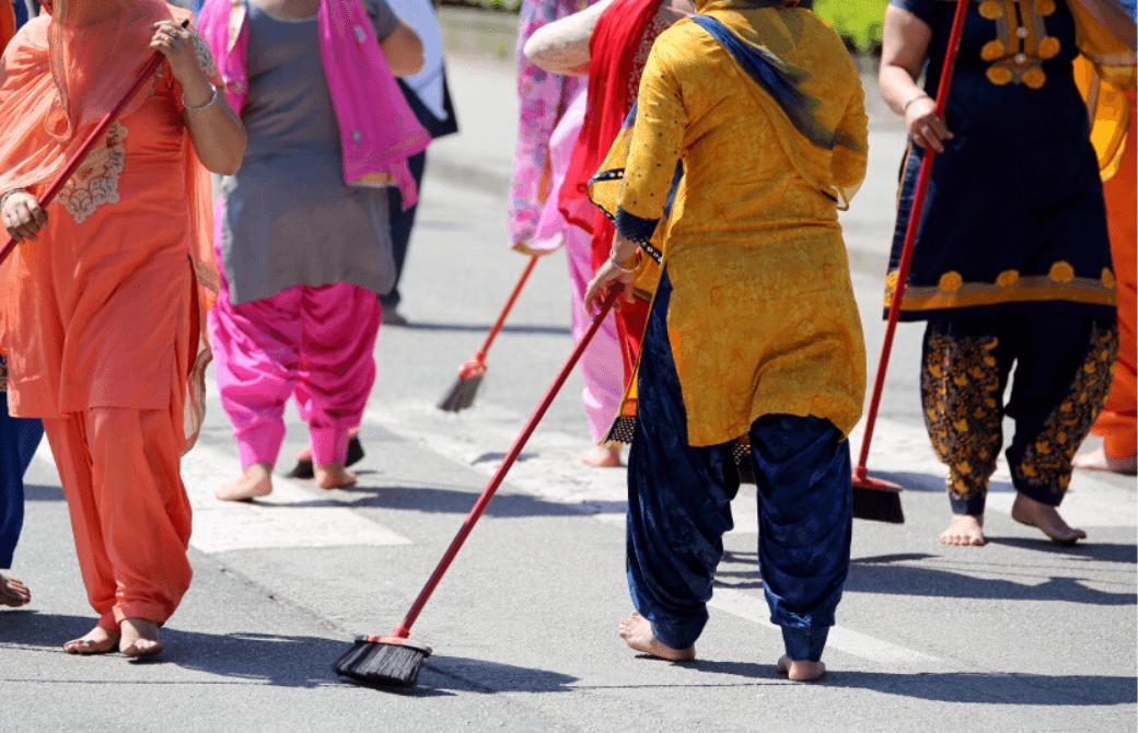 インドで道を掃除する人々