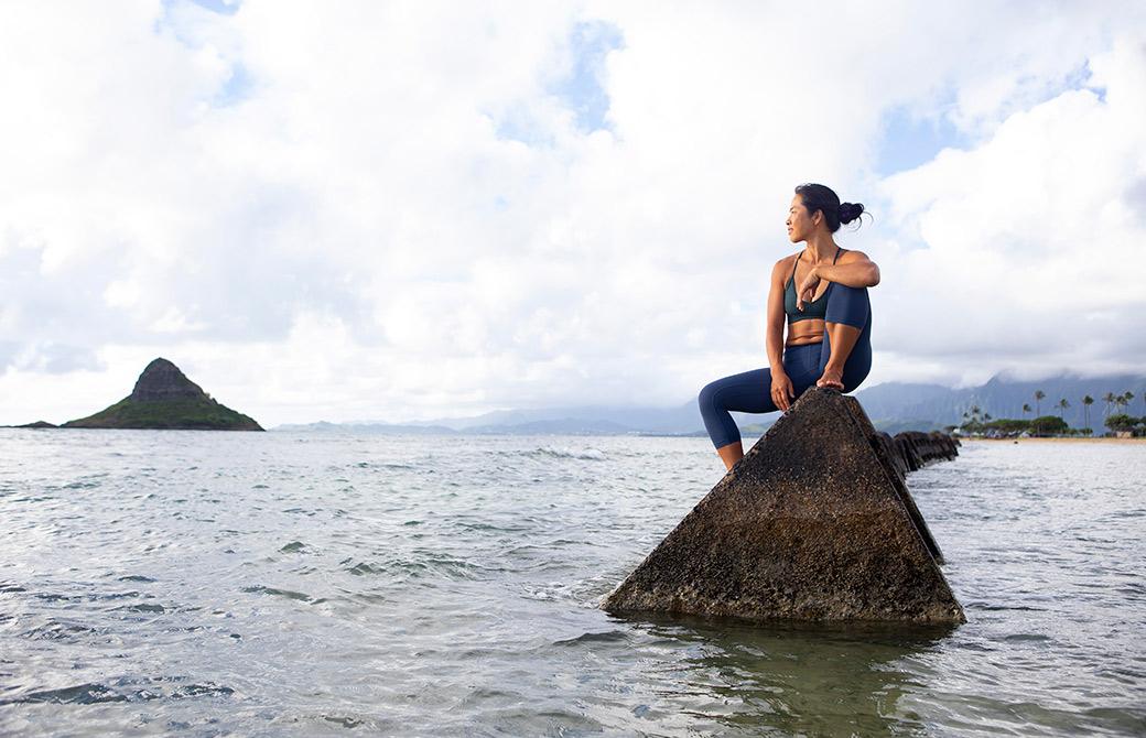 ヨーコ・フジワラが海を見ている