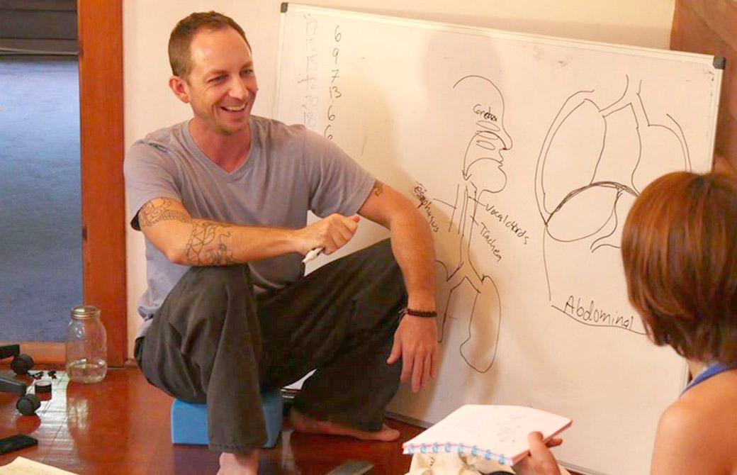 サンガワイで解剖学を教えているタイラー先生