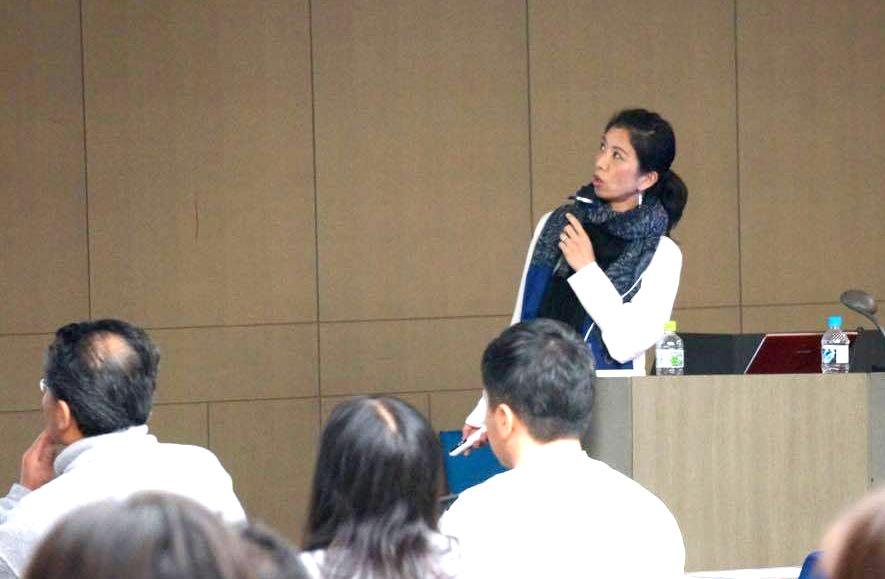 山本邦子先生が講義でお話されている様子