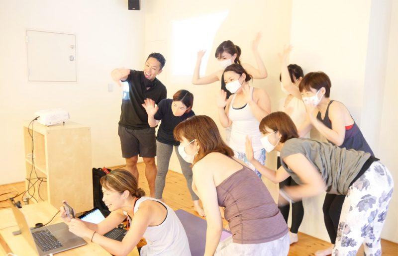 パソコンの向こうの生徒さんに手を振るマイコ先生と複数の生徒さん