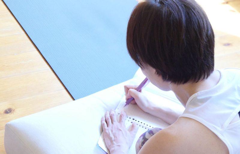 青いマットの上でノートを広げてメモを取る生徒さん
