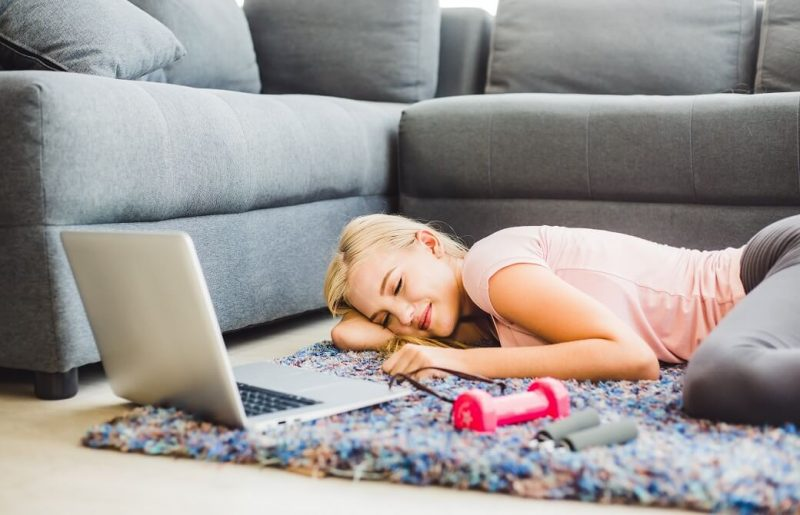 パソコンを開いたまま寝ている金髪の女性