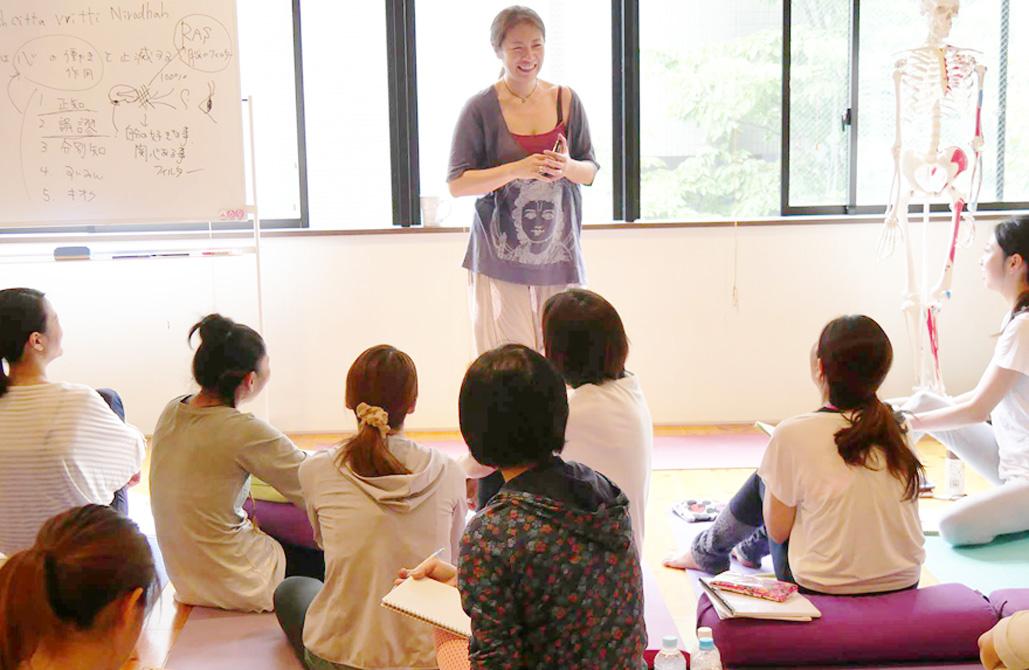 森千絵先生が生徒さんの前で講義をしている。