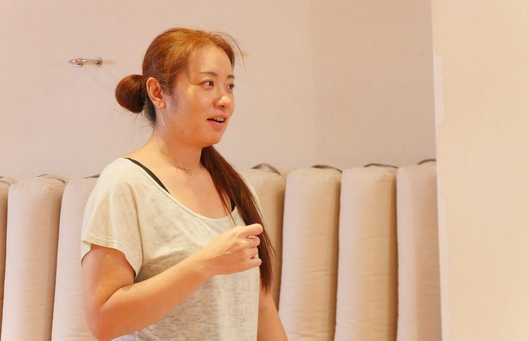 Chie先生がヨガスタジオでお話している
