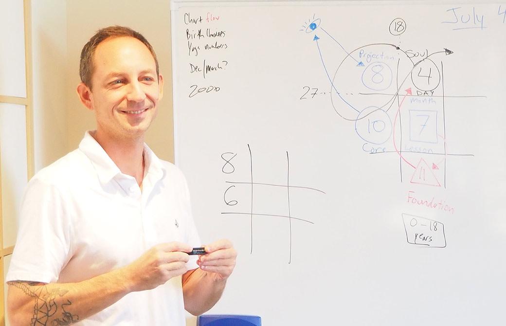 ヨガ数秘学を教えるタイラー・モンガン