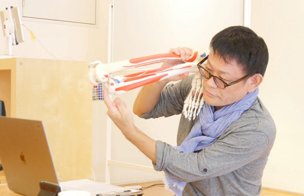 内田かつのり先生が膝関節を持って指をさしている