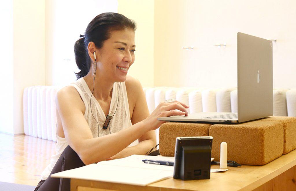 マック久美子先生がオンラインでRYT200を教えている様子