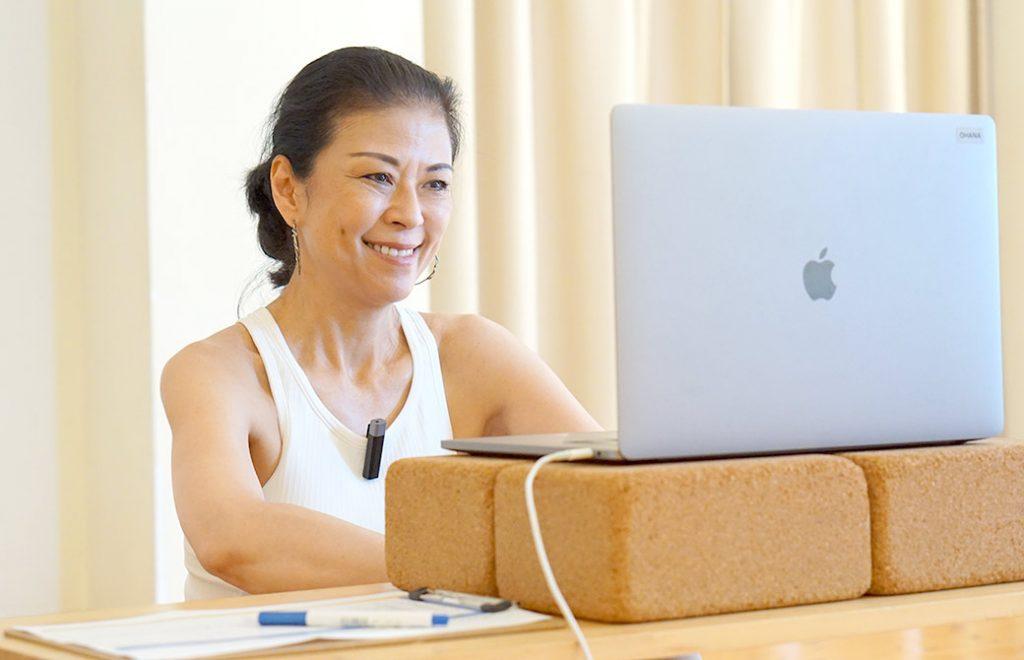 マック久美子先生がクラスをしている様子
